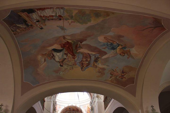 Najdi růžový tank! Freska z května 1945 v kostele Neneb...